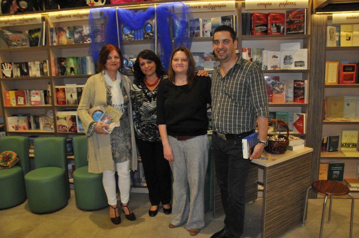 "H αγαπημένη συγγραφέας Τέσυ Μπάιλα ταξίδεψε μέχρι την Κρήτη για την παρουσίαση του βιβλίου της ""Ουίσκι μπλε"". Στη φωτογραφία στιγμιότυπο από την εκδήλωση στη Σητεία, στο βιβλιοπωλείο ΤΟ ΘΡΑΝΙΟ"