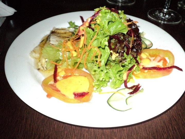Salada de queijo brie grelhado sobre fatia de abacaxi com mel, folhas e lascas de frutas (iBistrot)
