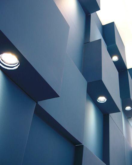 Φωτιστικό τοίχου. Εγκατάσταση με ανισομεγέθεις κύβους, στο χώρο υποδοχής ιατρικού κέντρου. Δείτε περισσότερα έργα μας στο  http://www.artease.gr/interior-design/emporikoi-xoroi/