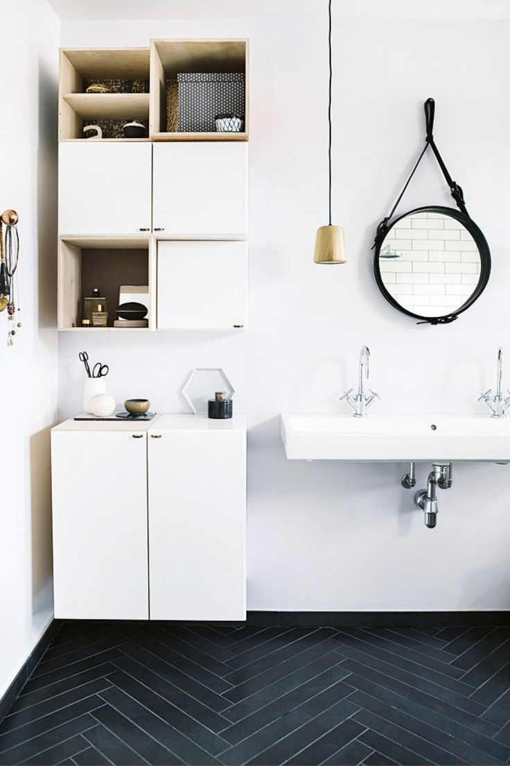 10 tips for keeping things simple, yet stylish, in your bathroom. Photography by Tia Borgsmidt.