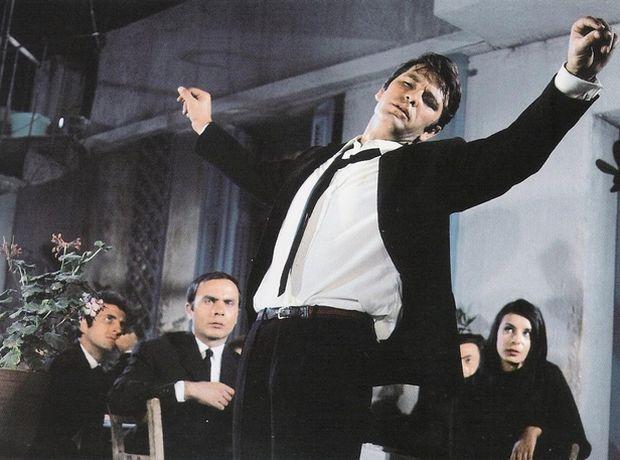 Και ο χορός που τους εξέφραζε; Ο Ζεϊμπέκικος. Άλλωστε είναι χαρακτηριστική η κίνηση του κεφαλιού από το πάτωμα προς το …θεό!