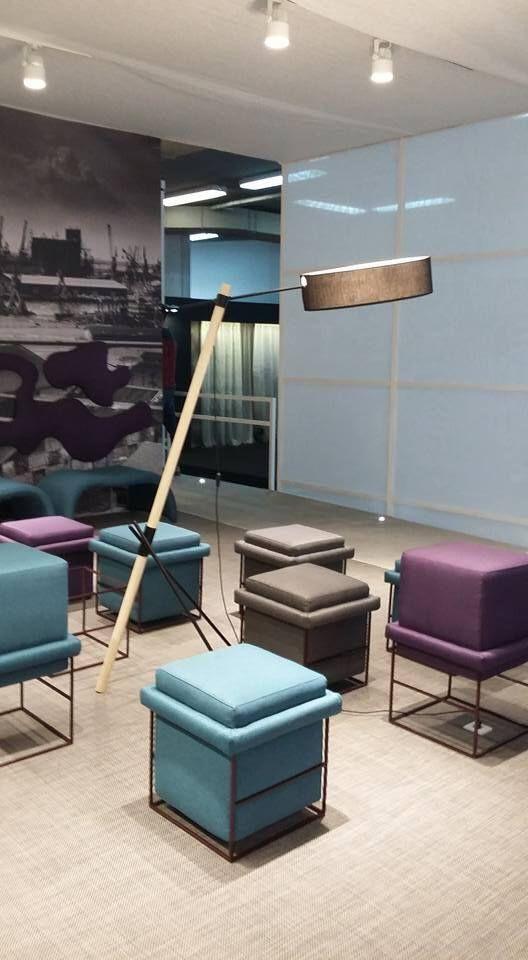 Χρώμα με σχέδιο σε μοναδική σύνδεση ιδανική για ένα μοντέρνο σαλόνι με μωβ και γαλάζιες αποχρώσεις