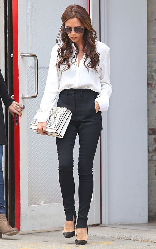 Look fácil de acertar, em combinação de cores clássicas, que está super in nesta estação. A Victoria Beckham combinou calça cigarrete preta de cintura alta, com camisa branca e nos acessórios, novamente a combinação de Branco & Preto, fechando o look com chave de ouro.