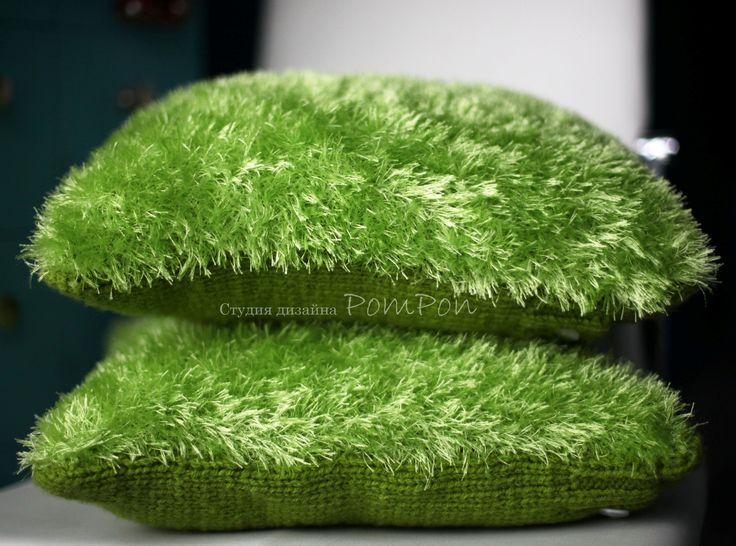 """Декоративная подушка """"Лето на диване"""". Эти подушки всегда будут напоминать Вам о лете! Пряжа имитирует летнюю зеленую травку. И даже суровой холодной зимой, когда вы склоните голову на эту подушечку, летние воспоминания будут дарить тепло и счастье!"""