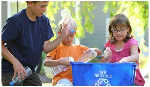 Muchas veces las colaciones que los padres envían los niños vienen en formatos de productos envasados, ya sea en botellas, bolsas, cajas u otros. Todos estos materiales se pueden reciclar y reutilizar para alguna manualidad. Fomenta que los niños aprendan a distinguir qué es basura, qué se recicla y qué se puede volver a usar. Crea tachos de reciclaje con dibujos claros que ayuden a que los propios niños puedan organizar sus desechos.