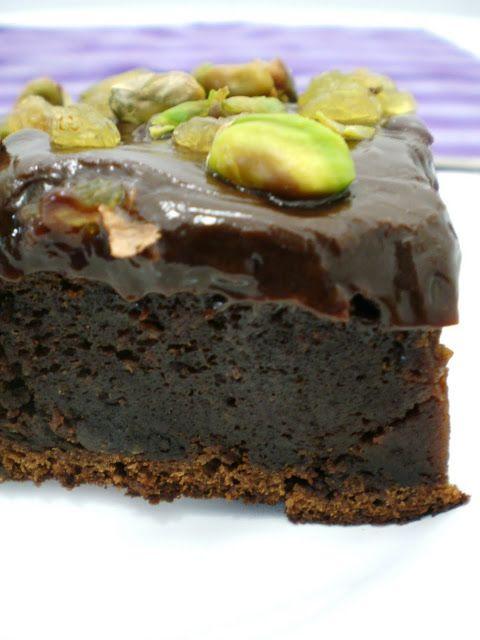 Bolo Cremoso de Chocolate com Cobertura de Ganache, Pistache e Passas | Figos & Funghis
