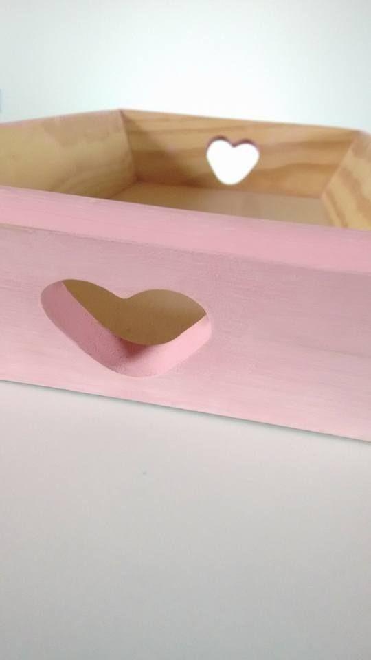 Tabuleiro em madeira, pintado à mão. Ideal para arrumar as fraldinhas, os cremes, ou outros objectos dos babys. <3