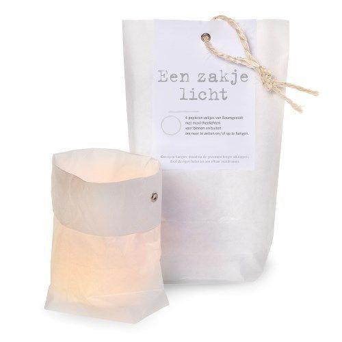 Een zakje licht! @ www.stijlkamer83.nl  Geef iemand licht kado! In de verpakking zitten  4 papieren zakjes en 4 waxine lichtjes. De zakjes zijn behandeld zodat ze geen vlam vatten. Origineel en warm kado!