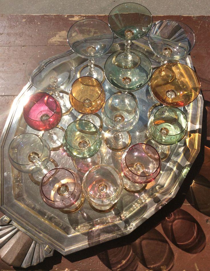 pastellisävyiset samppanja- ja viinilasit kultakoristeella . @kooPernu