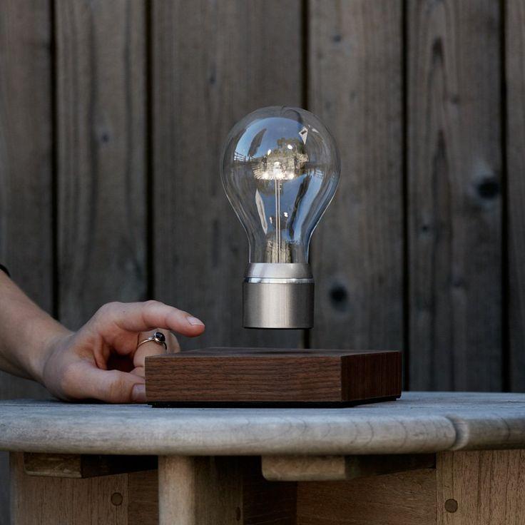FLYTE Manhattan   Original, Echte Schwebende LED Glühbirne Lampe (Basis Aus  Walnussholz, Glühbirnenkappe