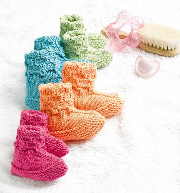 Süße Baby-Schühchen mit Zopfmuster stricken. Aus unserem Buch 'Zopfmuster stricken für Einsteiger'