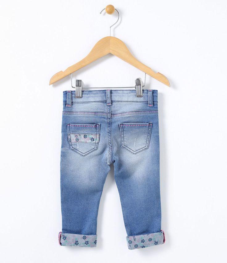 Calça Infantil    Skinny    Com forro estampado    Com barra dobrada    Com elástico interno para ajuste da cintura    Marca: Póim    Tecido: Jeans         COLEÇÃO INVERNO 2017         Veja outras opções de    calças jeans infantis.            Póim Menina         Sabemos que de 1 a 4 anos de idade, o que vale é o gosto da mamãe. E pensando nisso, a Lojas Renner, possui a marca Póim para meninas, com vestidos, saias, shorts e camisetas com muita referência de moda com as personagens…