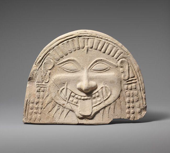 Antefix com a cabeça de Medusa. Datado do século VI a.C.Originalmente decorado à beira de um telhado de um templo arcaico ou de uma construção civil, possivelmente perto de Taranto afim de afastar qualquer mal que se aproximasse. Atualmente se encontra no Museu Metropolitano de Arte em Nova York, Estados Unidos.