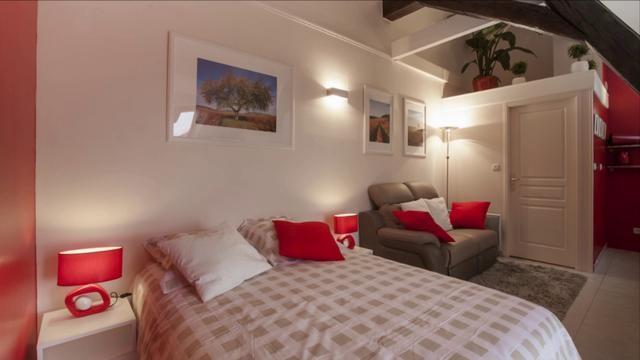 L'appart de Lulu est un joli studio bien équipé à louer à Beaune. Conçu pour 2 personnes, il sera le point de départ idéal pour vos vacances en Bourgogne.Infos, tarifs et résa sur www.appart-de-lulu.fr