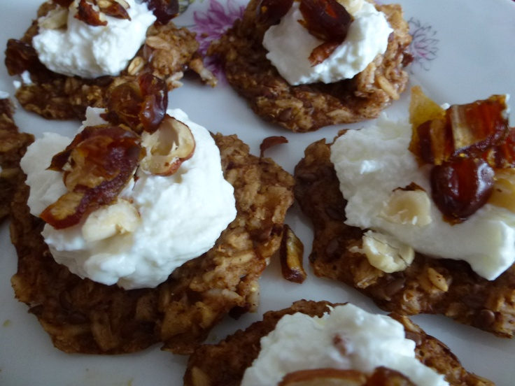 Oat cakes with low-fat cream cheese and dates.