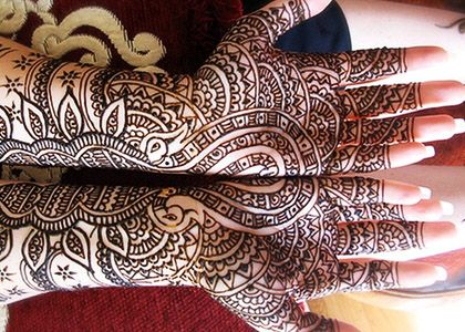 Pakistani mehndi - It is the most detailed and intricate, as well as, the most time consuming and exhausting design to produce for the artist. Pakistani mehndi is known for it's detailed and fine fill-ins. These designs are famous for being modeled by dhulanain (Pakistani brides), as well as close female family members and friends.