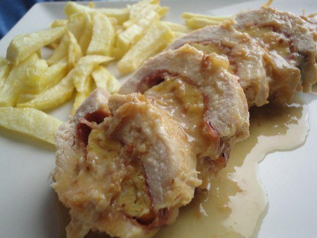 Pechuga de pollo rellena de jamón, queso y tortilla en salsa de vino y cebolla Ver receta: http://www.mis-recetas.org/recetas/show/66001-pechuga-de-pollo-rellena-de-jamon-queso-y-tortilla-en-salsa-de-vino-y-cebolla