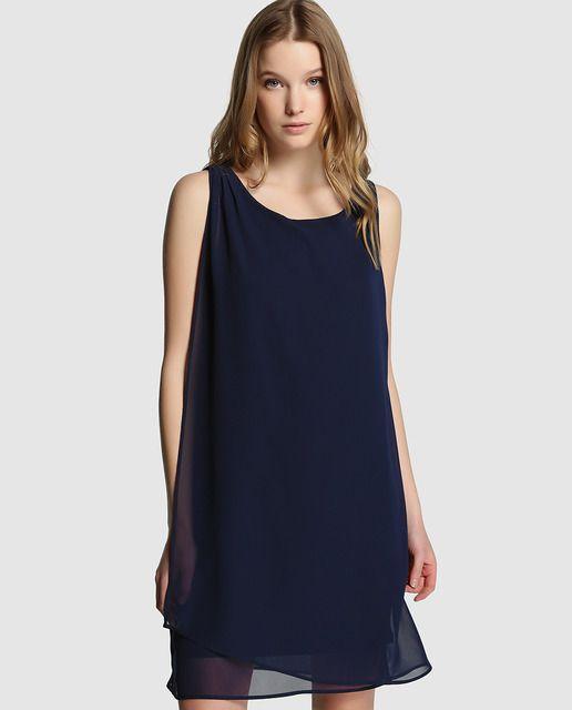 Vestido corto de gasa en color azul. Sin mangas, con escote redondo y cierre de cremallera en la espalda.