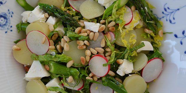 Suveræn salat med nye kartofler, radiser, feta og ristede pinjekerner - den er alt for lækker.