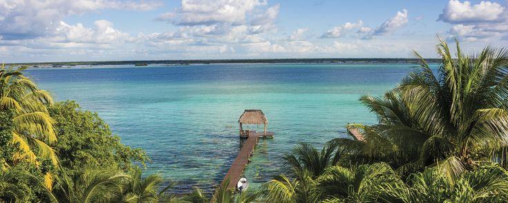 Jamás se han visto tantos tonos de azul como en las aguas de Quintana Roo. Sean dulces o saladas, a mar abierto o subterráneas, estos son los mejores lugares alrededor de Bacalar para nadar y practicar deportes acuáticos.