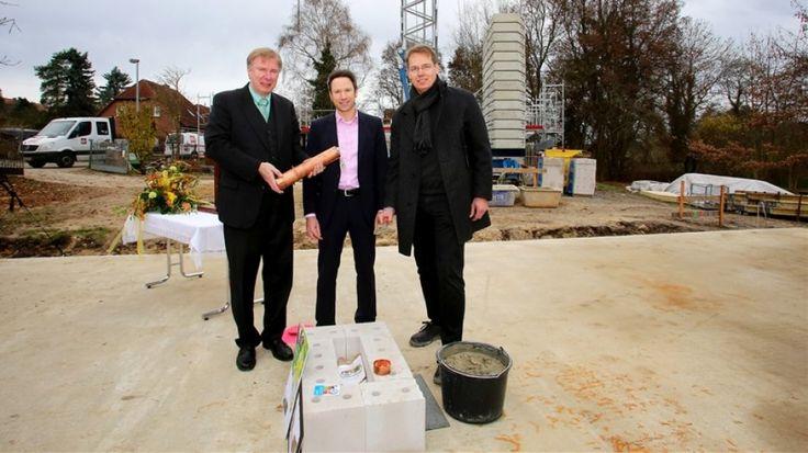 Grundsteinlegung mit Diakonie-Vorstand Ralf-Werner Günther (v.l.), Torsten Bechstädt von der VW-Stiftung und Architekt Kai Loewe.