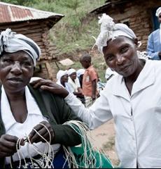 Värikäs kiondo-kori on valmistettu kukkuloiden rinteillä Machakoksen alueella Keniassa. Kauniilla maaseudulla  Mifukon kanssa yhteistyötä tekee viisi self help –naisryhmää, joiden perinteisiin käsitöihin kiondot kuuluvat. Korien valmistuksesta saatava lisätulo on tärkeää naisille, sillä maatöistä tuleva päätulo on kuivina kausina epävarmaa. Lisätuloilla naiset voivat suunnitella tulevaisuutta pidemmälle ja tehdä investointeja maatiloilla.