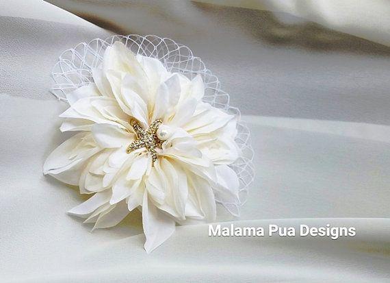 LE DAHLIA parfait de blanc ivoire. L'accessoire de cheveux de mariée classique. Taille naturelle à 5 pouces. Si complet et magnifiquement naturel. Créé pour être un accessoire extraordinaire pour votre jour spécial.  Ces pinces à chignon DAHLIA sur mesure sont conçues chacune individuellement, câblé, et Assemblée - à la main au centre le Dahlia a une main filaire (pas chaud collé) pétillante étoile de mer de cristal et perle. Custom fini avec un filet russe haut de gamme, qui est facultatif…