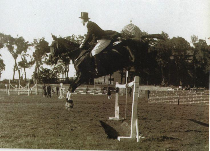 EL DEPORTE EN LOS AÑOS DE SANGCHILI:  Las competiciones típicas de salto de obstáculos necesitaban grandes espacios, como en esta competición que tuvo lugar en el antiguo campo de Vallejo.