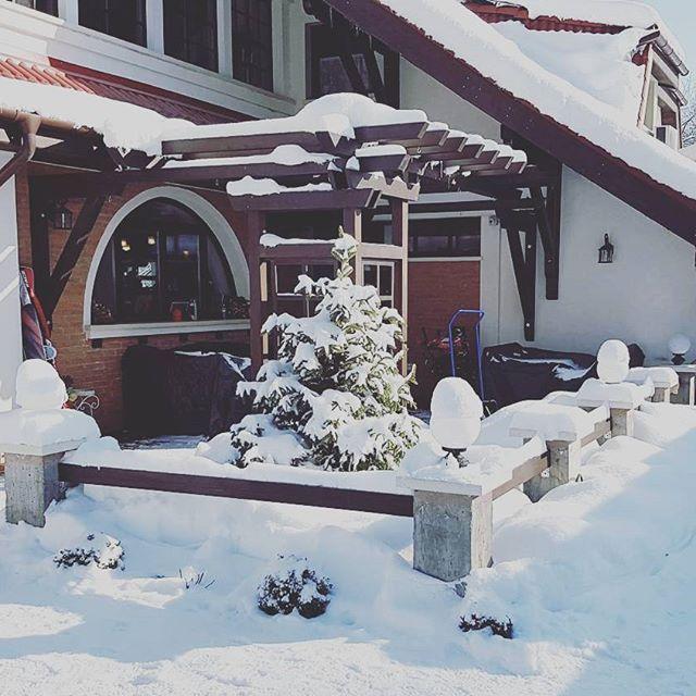 Nu ştim la voi, dar la noi e totul acoperit de zăpadă 😊 #snow #winterishere #zapada #bucurie #senin #blue #bran #brancastle #conaculbratescu #boutiquehotel #loveRomania