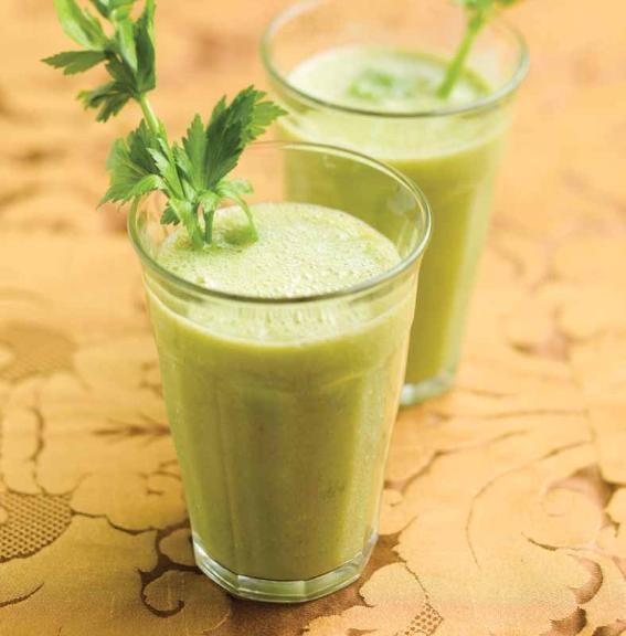 Groene smoothie  drankje 2 personen 15 minuten  4 selderstelen – ¼ verse ananas – 1 Granny Smith – 1 banaan –  extra:  ijsblokjes –  rietjes  1.  Schil de ananas en snij in stukken.  2.  Spoel de selder en Granny Smith. Duw de selder, ananas en Granny Smith  door de sapcentrifuge.  3.  Doe het sap in een blender.Voeg de banaan en 6 ijsblokjes toe en mix.  4.  Verdeel over grote glazen en versier met een rietje en een selderstengel.