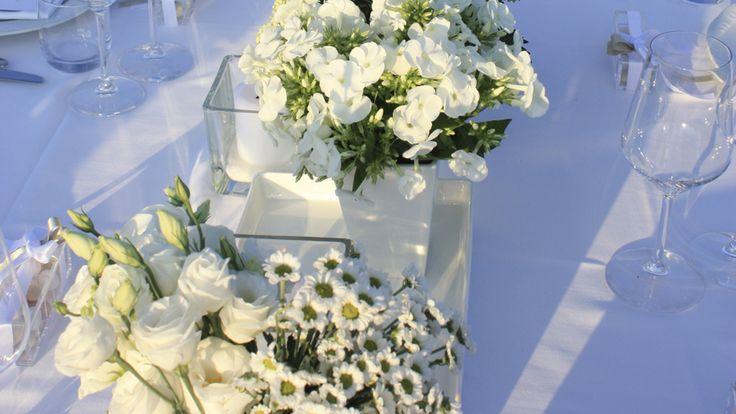 Centrotavola floreale su tavolo imperiale. #centrotavala #fiori #tavoloimperiale