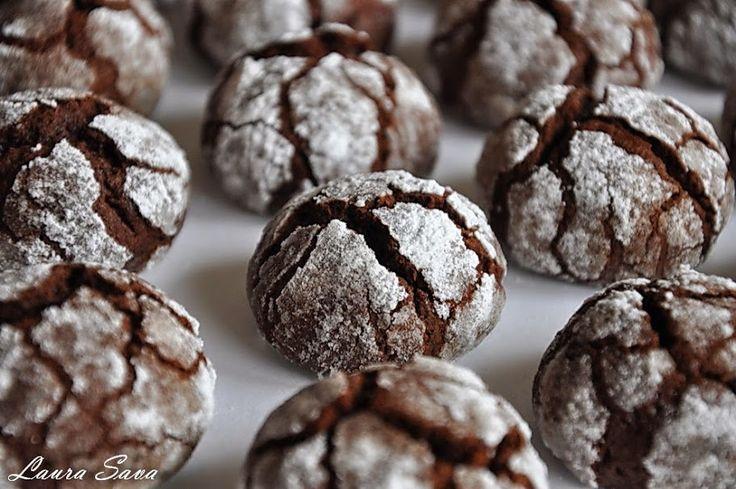 Dragilor, daca vreti o reteta usoara si rapida de fursecuri, preparati acesti Biscuiti Truffle!!! Au un gust minunat siintens de ciocolata si ii puteti savura alaturi de un cappuccino sau langa o cacao cu lapte (cei mici :P ) Ingrediente pentru cca. 30-35 debucati: - 100 g ciocolata(minim 50% cacao) - 55 g unt - 60g zahar praf - un varf de cutit sare - 2oua mici - esenta vanilie - 100 g faina - 10 g cacao - jumatate de lingurita (rasa) praf de copt - 100 g zahar praf (pentru pudrat) Mod…