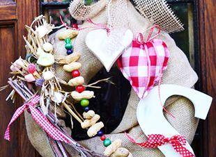 Sinterklaas voelt zich vast heel welkom met deze mooie krans aan de voordeur. Je kunt hem gemakkelijk zelf maken! Dit heb je nodig Krans van stro * jutezak * lint * kralen * strooigoed * takken * houten letter S…