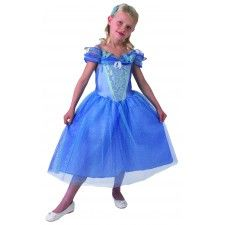Jurk Assepoester kind uit de film Cinderella (2015).  Dit mooi lichtblauw glitterjurkje is gemaakt van 100% polyester en is kreukvrij. Een Walt Disney Cinderella licentie-artikel.  Dit jurkje met als accessoire een haarband met vlinder is echt een meisjesdroom. Het jurkje heeft een lange rok van glittertule en is mooi versierd met het embleem van Assepoester en blauwe vlinders.  Je kunt jouw kleine meid niet gelukkiger maken dan met dit mooi Disney prinsessenjurkje !!!!  Verkrijgbaar in de…