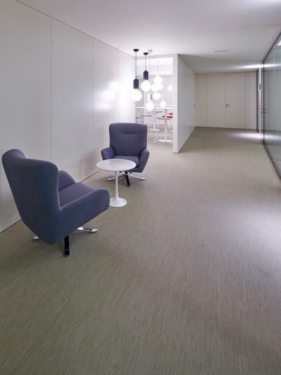 Podlaha z tkaného vinylu ntgrate s jemným vzorem, světle hnědá barva, BOCA Praha. / Woven PVC flooring with gentle pattern, light brown color, BOCA Praha.  http://www.bocapraha.cz/cs/produkt/1061/gentle-ctverce/