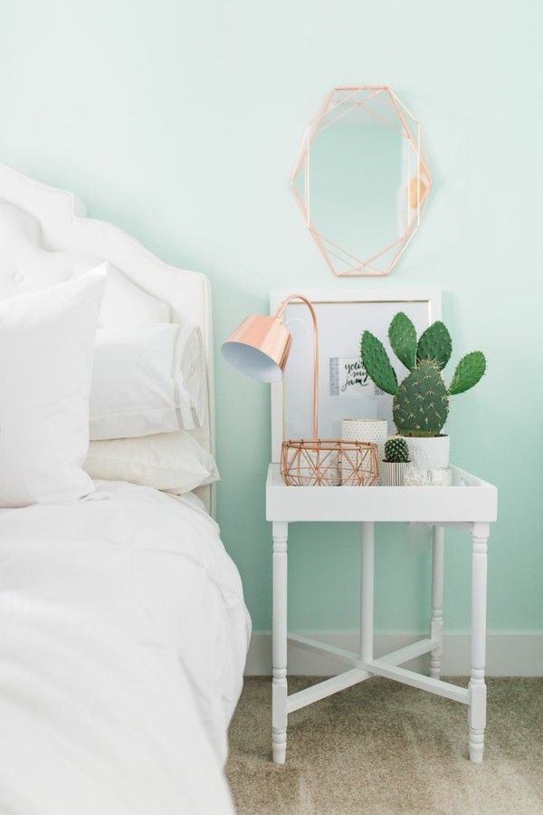 Pastellgrüne Wandfarbe, die im Schlafzimmer beruhigt ...
