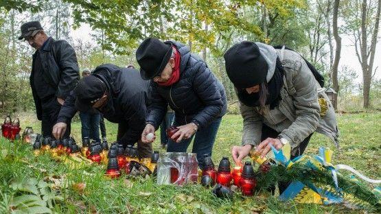 Polen und Ukrainer zünden Kerzen an an anderem zerstörten Denkmal in Monastirz in Ostpolen. (Deutschlandradio/F. Kellermann)