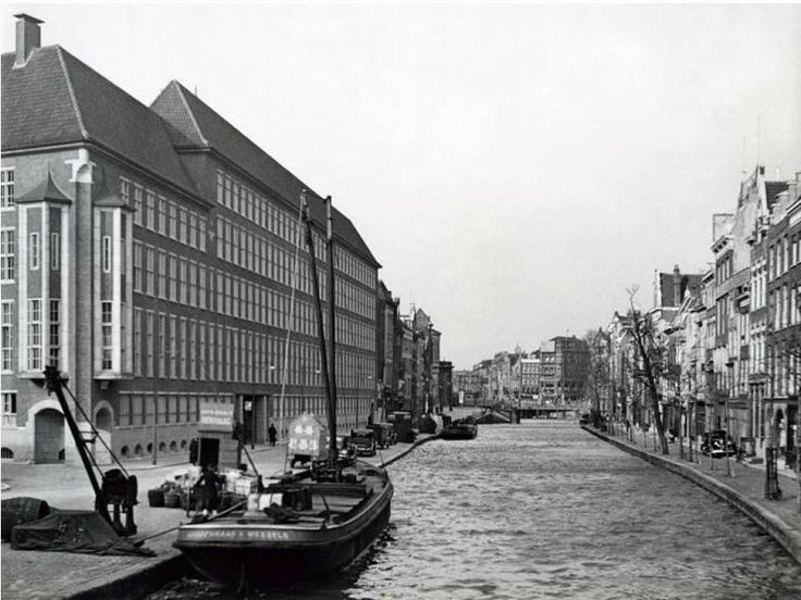 De Delftsevaart met links het hoofdbureau van de politie aan het Haagseveer. De foto is genomen in februari 1938 en bevindt zich in het Nationaal Archief.