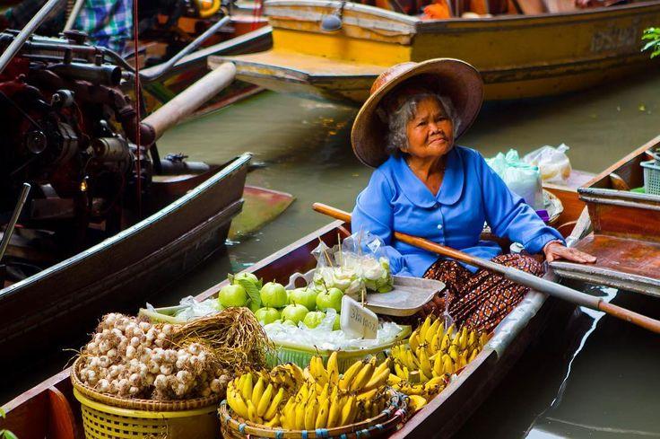 Eğer lokal pazar gezmelerini seviyorsanız uzakdoğu ziyaretinizde yüzen pazarlara ne yapıp edip yolunuzu düşürün. Bir çok meyve sebzenin yanında baharat hediyelik eşya ve farklı yöresel ürünler bulacaksınız. #uzaklaryakin #thailand #tayland  #bangkok #Damnoensaduak  #floatingmarket #yuzenpazar #Damnoensaduakfloatingmarket #buddism #objektifimden #travel #gezi #photography #photooftheday #photographers_tr #fotograf #asia #citylife #instagram #awesomeearth #seyahat #gezgin #macera #yolculuk…