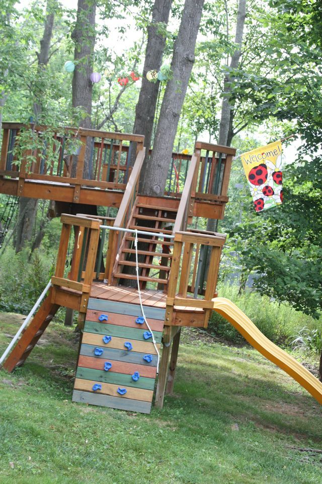 This amazing treehouse belongs to Jeff, Ann and their three children. This fort of fun and adventure is sitting in the backyard of their home in Binghamton in New York.  They were kind enough to allow