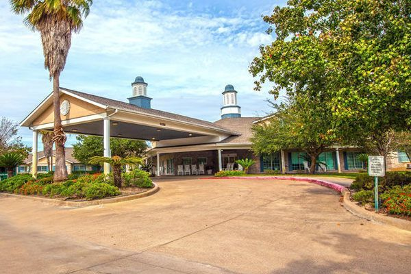 A Short One Hour Drive From The Popular Galveston Tx Brookdale Cy Fair Houses Its Residents In A Stunning Assisted Living Independent Living Colonial Style
