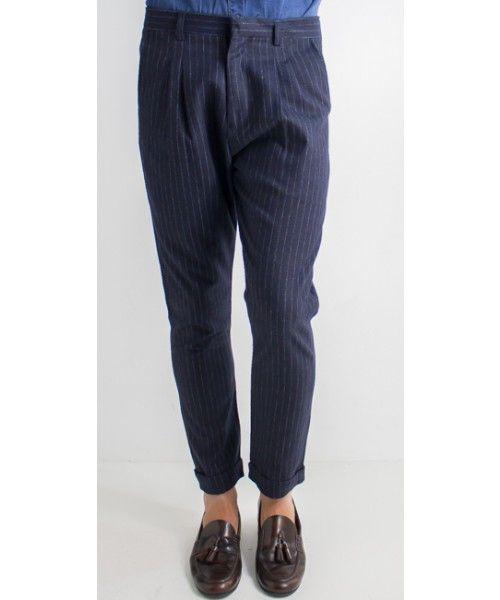 Pantalone rigato dalla vestibilità comoda.