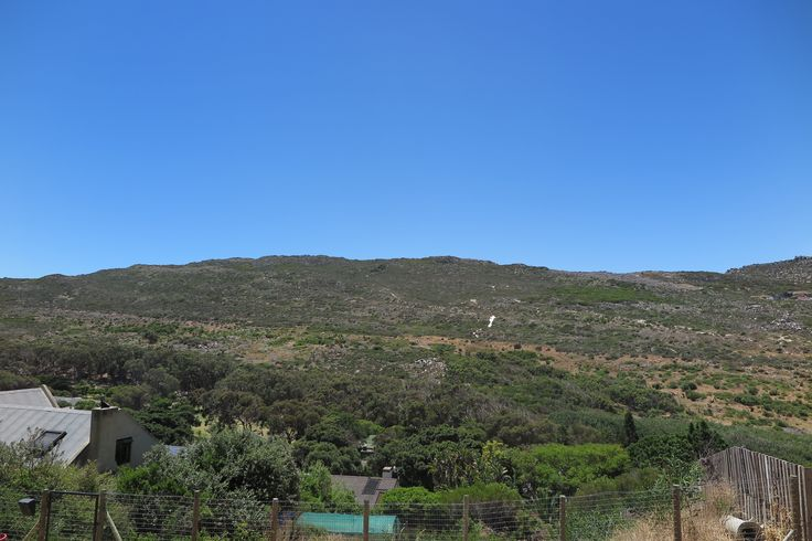 The balcony has exquisite 180 degree views of the Glencairn Nature Reserve, featuring one of the 7 natural wonders of the world – Fynbos