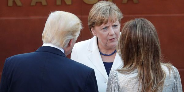 LE GRAND ANGLE DIPLO - Cette fois-ci le torchon brûle entre la chancelière allemande et le président américain. Humiliée à plusieurs reprises par Donald Trump, Angela Merkel a choisi de riposter avec des objectifs qui sont à la fois collectifs et très personnels. Au micro d'Europe 1, la chronique du rédacteur en chef international du JDD François Clemenceau.