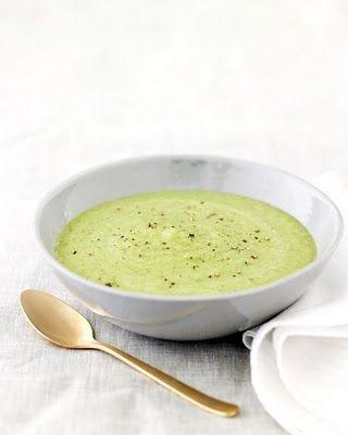 GEROOSTERDE ASPERGE SOEP Ingrediënten • 2 porties 4 kopjes asperges (in stukjes) 3 teentjes knoflook (geplet) 1 gesnipperde ui 350 ml kippenbouillon 8 em room of melk  Bereiding Verwarm de oven voor tot 200°.  Meng de asperges, knoflook, ui met wat olijfolie en kruid met peper en zout. Rooster 20 min op een bakplaat tot ze gaar zijn. Leg de asperges in een blender en voeg er de bouillon en room bij. Mix glad en kruid bij indien nodig. Serveer warm of koud.