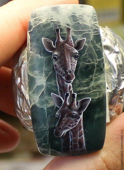 Купить или заказать Жирафы на офите в интернет-магазине на Ярмарке Мастеров. Кабошон из натурального камня с миниатюрной росписью, дырочки в камне нет! Размер камня 45х23 мм Сладкая парочка жирафов - очень нежные и добрые, кажется их огромные глаза смотрят на тебя с любовью и поощрением. 'Семейная' тема - может послужить очень приятным напоминанием о счастье материнства.