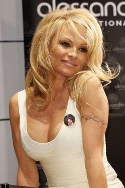 En los 90 la actriz llevaba una cenefa de espinas en su brazo izquierdo. - Copyright © 2015 Hearst Magazines, S.L.