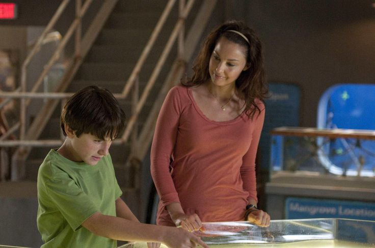 Still of Ashley Judd and Nathan Gamble in Dolphin Tale (2011) http://www.movpins.com/dHQxNTY0MzQ5/dolphin-tale-(2011)/still-1746189312