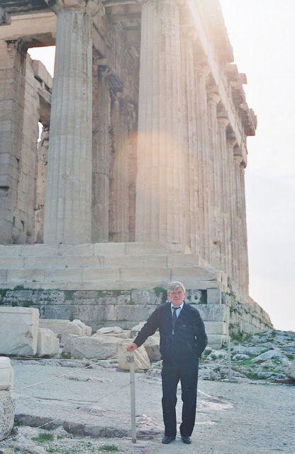 Si observáis la columna de esquina veréis que parece  recta. Pues no lo es.Los arquitectos consiguieron que el efecto visual que mostrara el Partenón no permitiera apreciar la antiestética deformación que se percibe al situarse en las proximidades de los grandes monumentos.