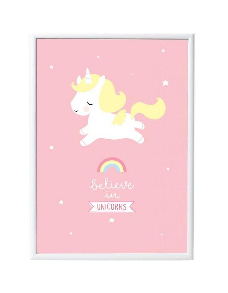 Prachtige poster met een schattige eenhoorn op een mooie roze achtergrond met de tekst 'Believe in unicorns'. Zo cute voor elke kinderkamer of speelkamer!  De poster is 50 x 70 cm en is gedrukt o…